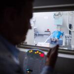 docteur-utilisation-rayon-x-unite-controle-panneau-patient_107420-63776